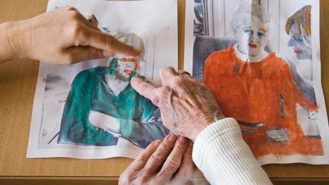 Hände, die auf Bilder zeigen