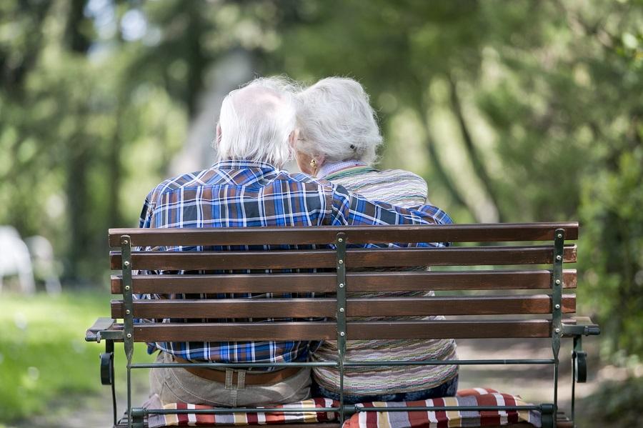 Älteres Pärchen auf der Bank sitzen.