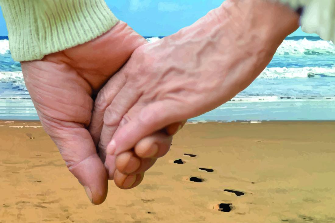 Ein Mann und eine Frau halten Händchen