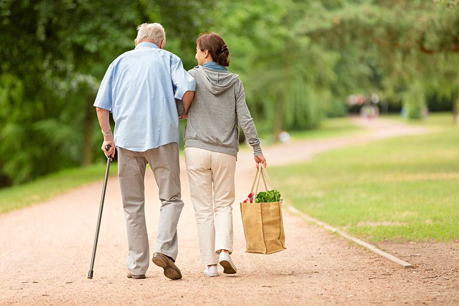 Ein Mann mit einer Frau, beide gehen spazieren